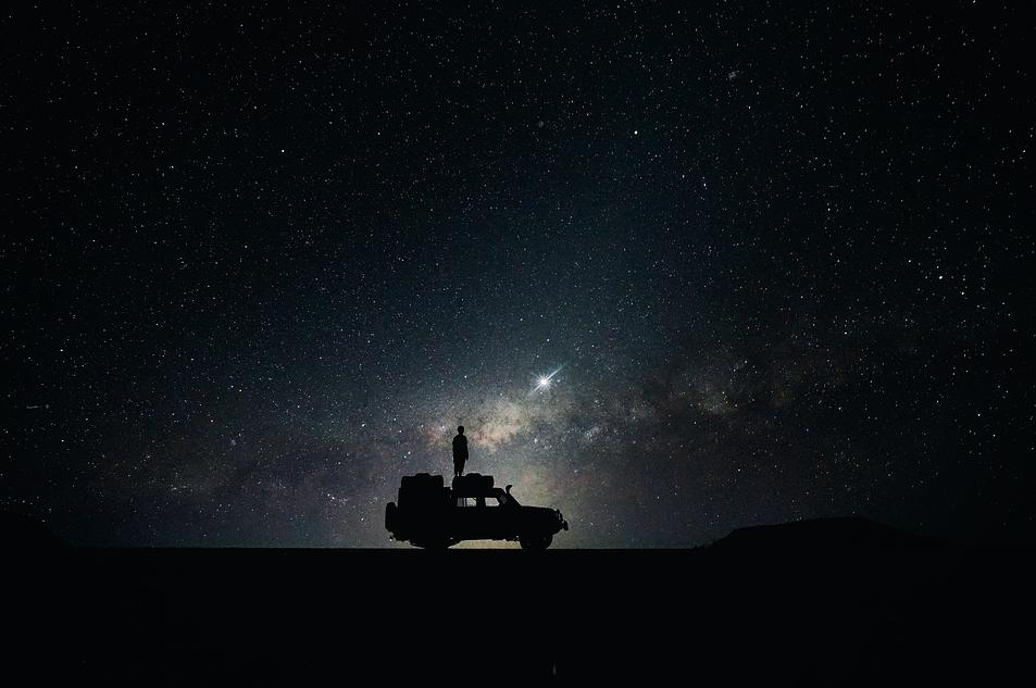 samochód na odludzie wśród gwiazd